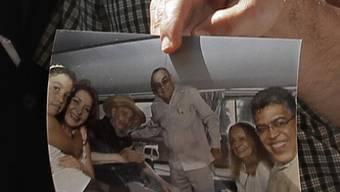 Jaua (rechts im Bild) zeigt eine Aufnahme vom Treffen mit Fidel Castro (3. v. l.)