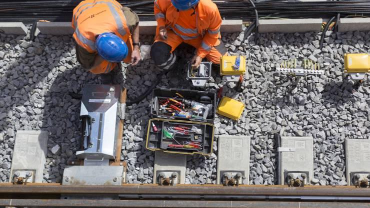 Zwei Bahntechniker bei der Arbeit (Symbolbild). Die Zahl der Erwerbstätigen in der Schweiz ist so hoch wie noch nie.
