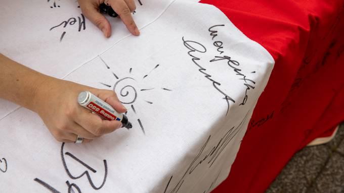 In Wangen bei Olten konnten die Einwohner eine Fahne unterschreiben.