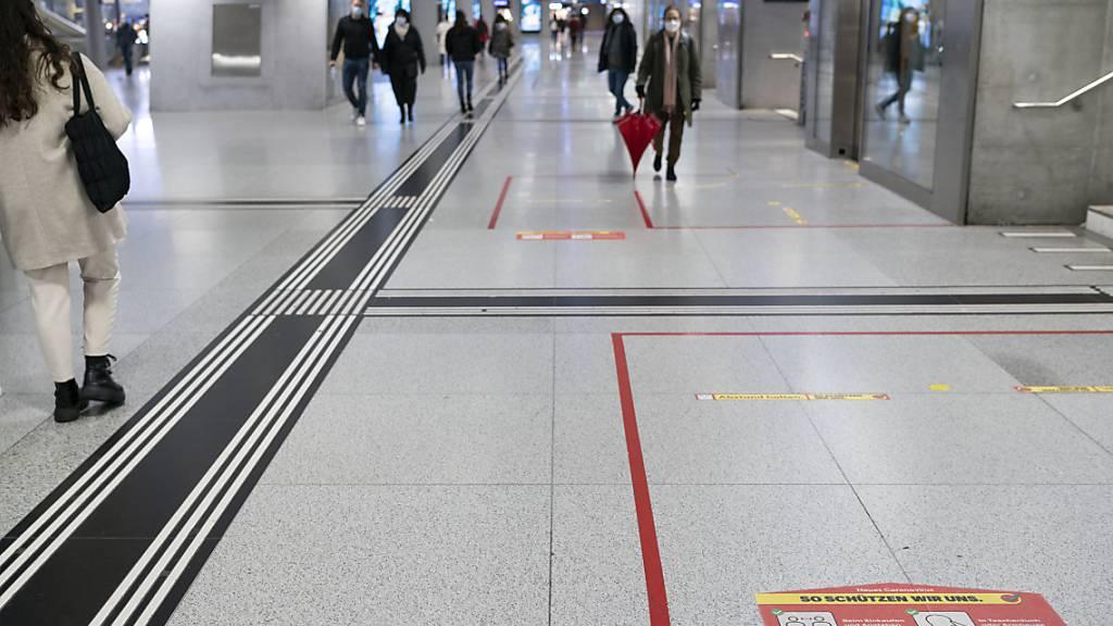 Abstandskleber am Bahnhof Zürich: Das Coronavirus prägt den Alltag der Schweizerinnen und Schweizer. (Symbolbild)