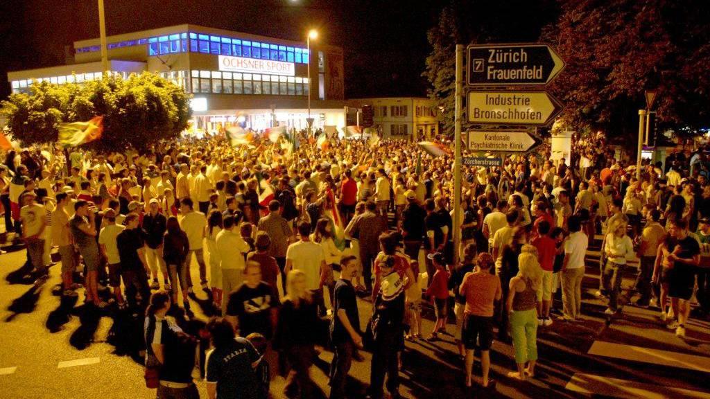 Letztes Jahr versammelten sich viele Fussball-Fans in Wil am Kreisel.