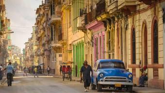 Bröckelnde Altbauten und Oldtimer gibt es in Kubas Hauptstadt Havanna auch nach der Ära der Castros.