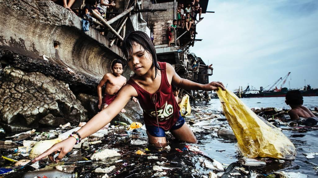 Das Bild des deutschen Fotografen Hartmut Schwarzbach erzählt laut Unicef «vom mutigen Überlebenskampf von Kindern angesichts gleich dreier Tragödien unserer Zeit: Armut, Umweltverschmutzung und Kinderarbeit».