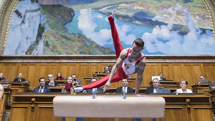 Mit einer schwungvollen Einlage des Spitzenturners Christian Baumann wurde der neugewählte Nationalratspräsident Jürg Stahl (SVP/ZH) am Montag in seinem Amt begrüsst. Nicht ohne Grund: Stahl ist seit kurzem auch Präsident von Swiss Olympic.
