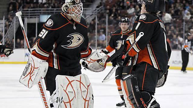 Anaheim Ducks goalie Curtis McElhinney (links) ersetzt Jonas Hiller