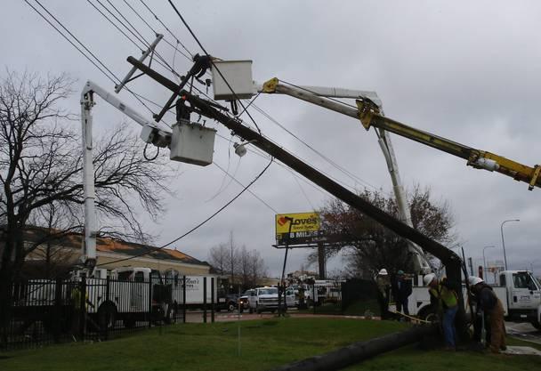 Tornados knickten Strommäste. Hier in Garland, Texas.