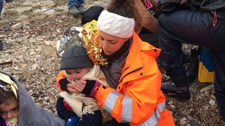 Sofia Sabatini wickelt auf Lesbos ein Kind in eine Decke.