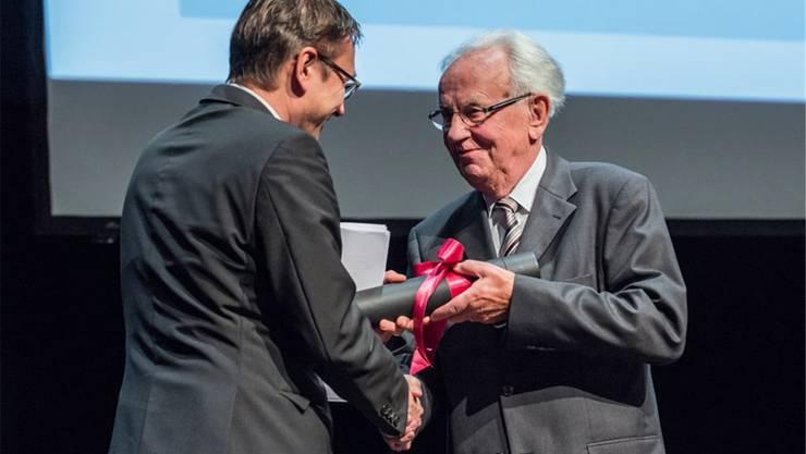 Günter Stratenwerth wurde von der Universität Luzern zum Ehrendoktor ausgezeichnet.