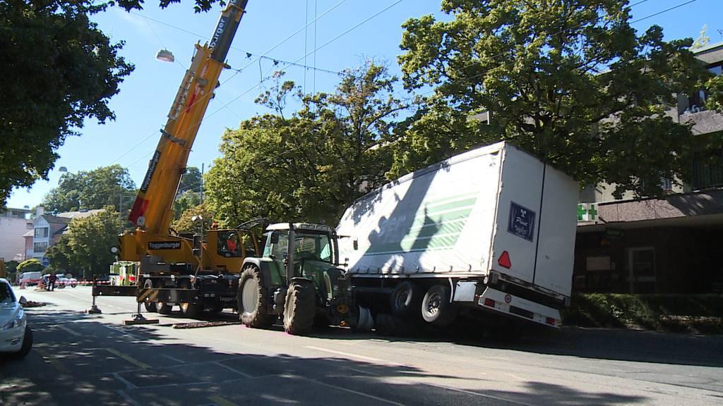 Winterthur: Spektakulärer Unfall zwischen Traktor und Stadtbus