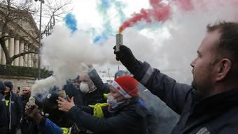 Krankenpfleger protestieren vor der Nationalversammlung in Paris.