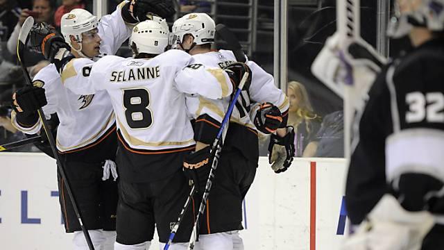 Jubelnde Spieler der Anaheim Ducks im Match gegen die LA Kings