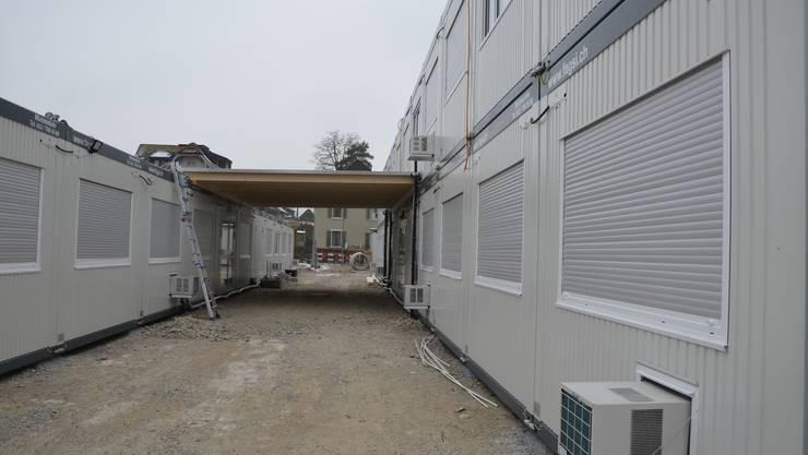 Die Primarschüler des Stapferschulhauses werden voraussichtlich bis im Sommer 2018 in diesem Provisorium unterrichtet. Es besteht aus Containern, die auf der Freudensteinwiese aufgestellt sind.