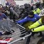 Trump-Anhänger gegen Polizisten: Die Sicherheitskräfte waren am Mittwoch mit den Aufrührern heillos überfordert.