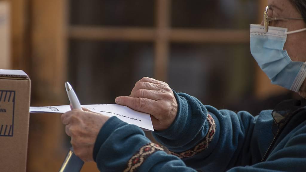 Eine Frau wirft ihren Wahlzettel in einem Wahllokal in Córdoba ein. Die linke Regierung von Präsident Alberto Fernández hat bei den Vorwahlen in Argentinien eine schwere Niederlage hinnehmen müssen. Sie kam landesweit lediglich auf gut 31 Prozent der Stimmen, wie das Wahlamt mitteilte. Foto: Daniel Bustos/ZUMA Press Wire/dpa