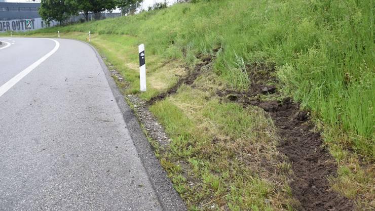 Solothurn, 20.Mai: Ein unbekannter Autolenker verursachte bei der Autobahnausfahrt Solothurn-Ost einen Selbstunfall mit grösserem Sachschaden.