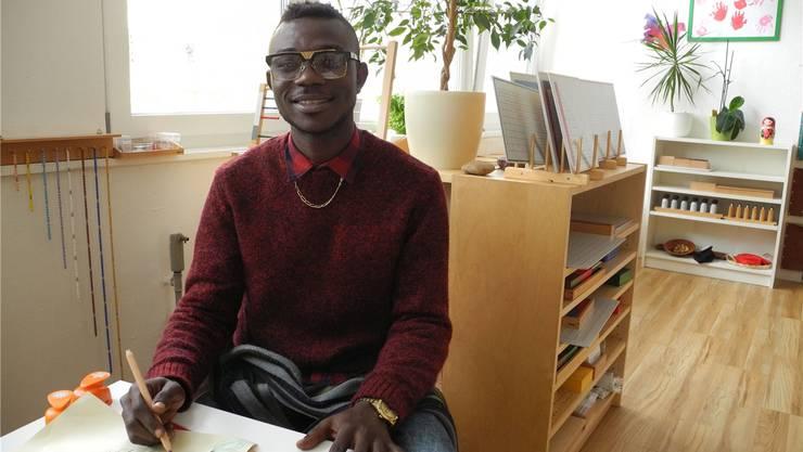 Onosigho Arighwrode absolviert seinen Sozialeinsatz an der Futura-Montessori-Tagesschule in Basel. Zum ersten Mal feiert er Weihnachten ausserhalb seiner Heimat.