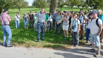 Markus Kasper erklärt das Projekt an einer Exkursion.