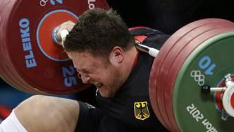 Hier wird der deutsche Gewichtsheber Matthias Steiner von 196 Kilogramm erdrückt