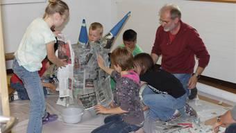 Schülerinnen und Schüler bereiten sich auf das Ruedertaler Jugendfest vor. ZVG