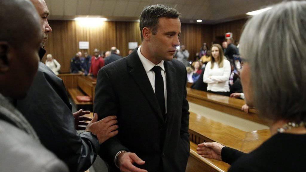 Die Verurteilung des 29-jährigen Pistorius (m.) wegen Totschlags zu sechs Jahren Haft bleibt bestehen. Richterin Thokozile Masipa lehnte am Freitag einen Antrag der Anklage ab, gegen das von ihr in zweiter Instanz verhängte Strafmass in Berufung zu gehen. (Archiv)
