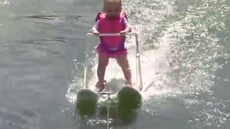 Jüngste Wasserski-Fahrerin: Die sechsmonatige Zyla St. Onge schafft in Florida einen Rekord.
