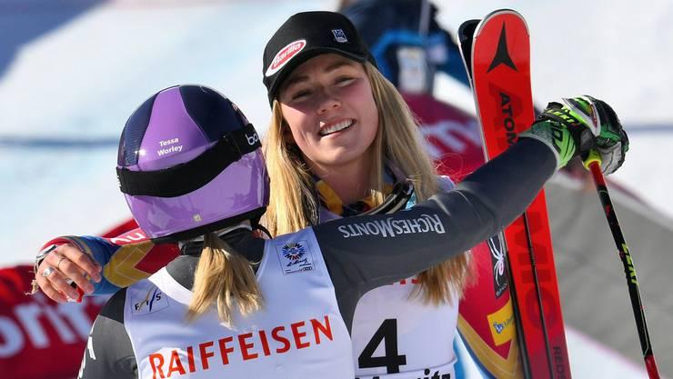 Mikaela Shiffrin gratuliert Tessa Worley zum Weltmeistertitel.