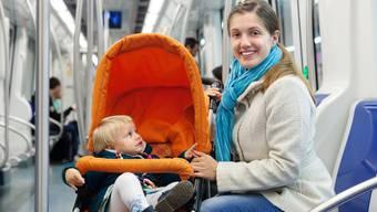 Bisher gibt es keine Babysitze im öffentlichen Verkehr. Die Kleinkinder sitzen im Kinderwagen.