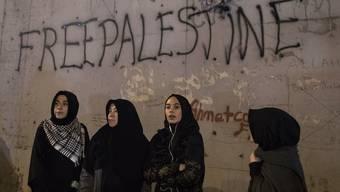 Vor der US-Botschaft in Istanbul wird gegen Trumps Entscheid protestiert.