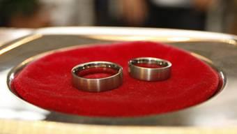 In der Schweiz ist das Heiraten von Minderjährigen verboten. (Symbolbild)