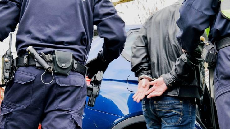 Sofort ausgerückte Detektive hinderten den Mann an der Ausreise. (Symbolbild)