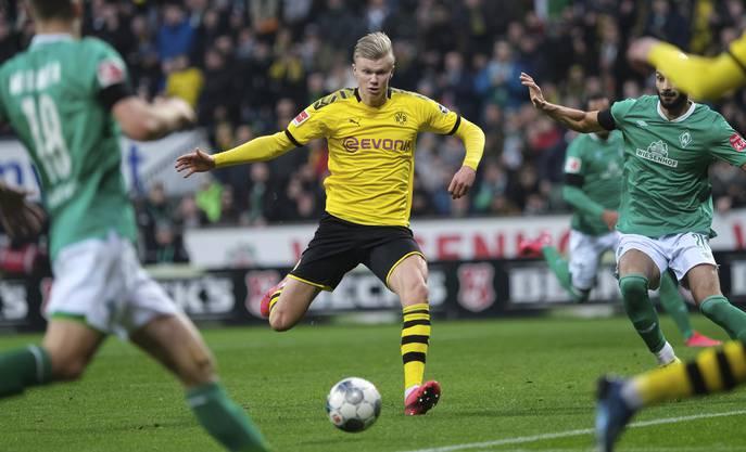 Wann darf Dortmund-Stürmer Erling Haaland (Mitte) wieder spielen? Klar ist: Ohne Körperkontakt funktioniert Fussball nicht.