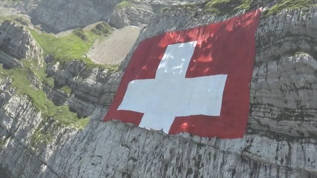 Grösste Schweizerfahne der Welt hängt ab heute am Säntis.