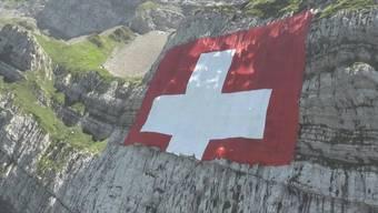 Zum 80. Geburtstag der Säntis-Bahnenwurde auf dem Säntis die grösste Schweizer Fahne aller Zeiten aufgehängt. Die Fahne misst 80 mal 80 Meter und besteht aus einem reissfesten Gewebe.