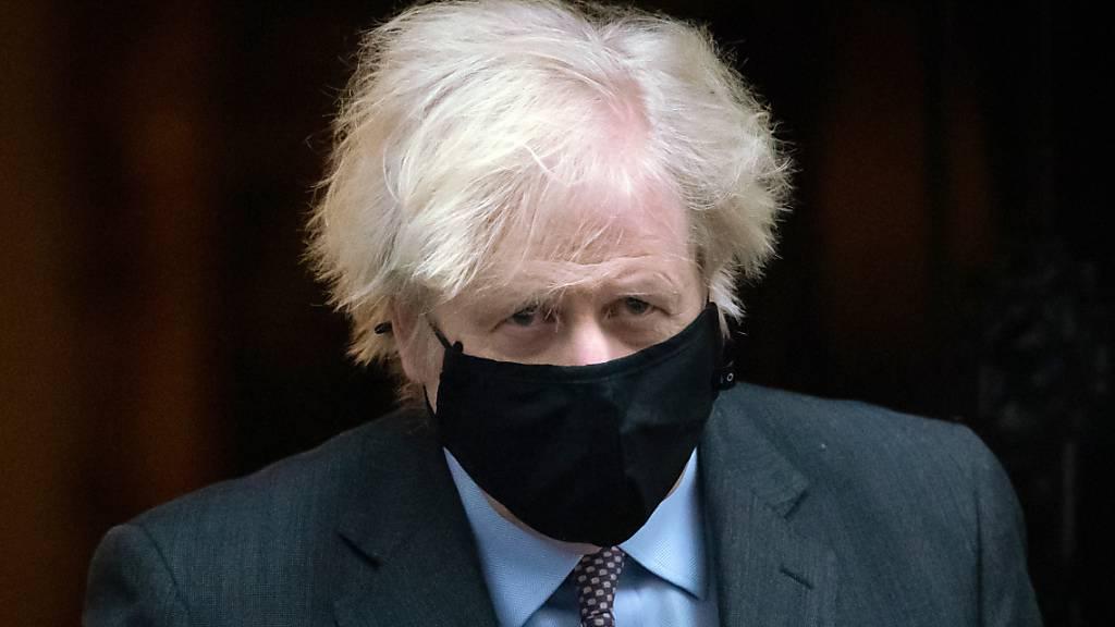 Boris Johnson, Premierminister von Großbritannien, verlässt die 10 Downing Street für seine Rede im britschen Parlament. Foto: Aaron Chown/PA Wire/dpa