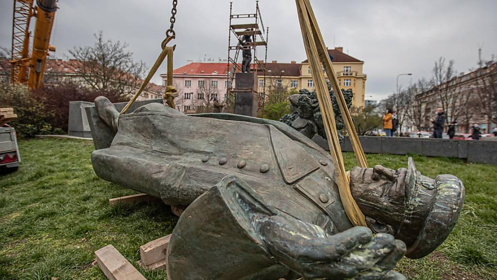 Trotz heftiger Proteste aus Moskau ist in Prag eine monumentale Statue des sowjetischen Weltkriegsmarschalls Iwan Stepanowitsch Konew entfernt worden. Quelle: EPA Fotograf: MARTIN DIVISEK