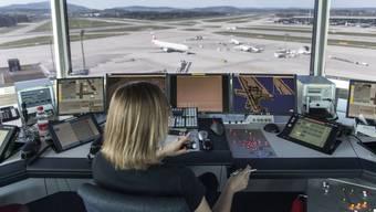 Bei Skyguide im Tower des Flughafen Zuerich Kloten am 10. April 2014.