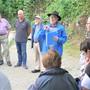 Hans A. Sigrist (Bildmitte mit blauer Jacke) sagt nach neun historischen Begehungen in Hägendorf Ade.