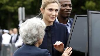 Julie Gayet am Donnerstag bei ihrer Ankunft auf der Feier in Suresnes bei Paris, an der auch ihr Geliebter François Hollande anwesend war.