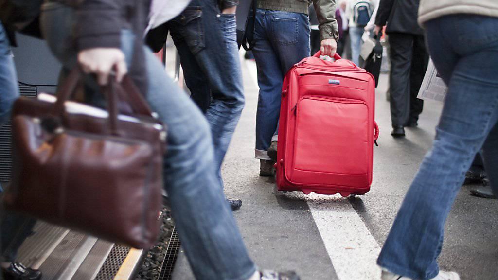 Die Schweiz bleibt ein Magnet für Migranten: 2014 wanderten unter dem Strich 78'500 Ausländerinnen und Ausländer zu. (Symbolbild)