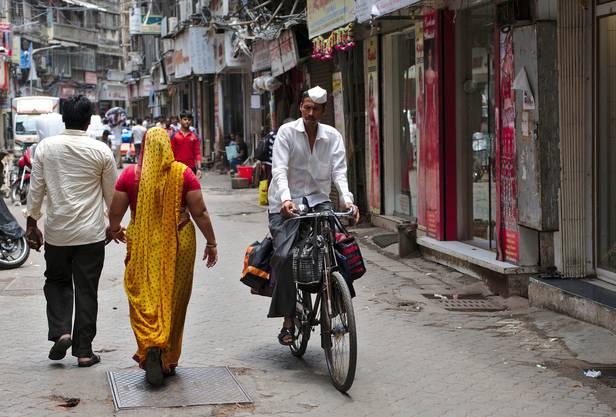 Hochzuverlässiges Logistiksystem Ein Kurier verteilt Lunch-Boxen in Mumbai.