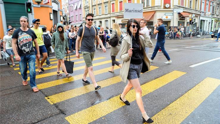 Öffentlicher Catwalk: Die etwas andere Modeschau des Vereins Reh4 findet jährlich auf der Feldbergstrasse statt – wie hier 2013.Martin Töngi