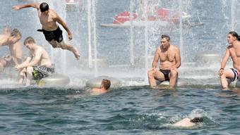 In den kommenden Tagen vielleicht weniger nötig: Bad im kühlen Zürichsee während der zu Ende gehenden Hitzewelle.