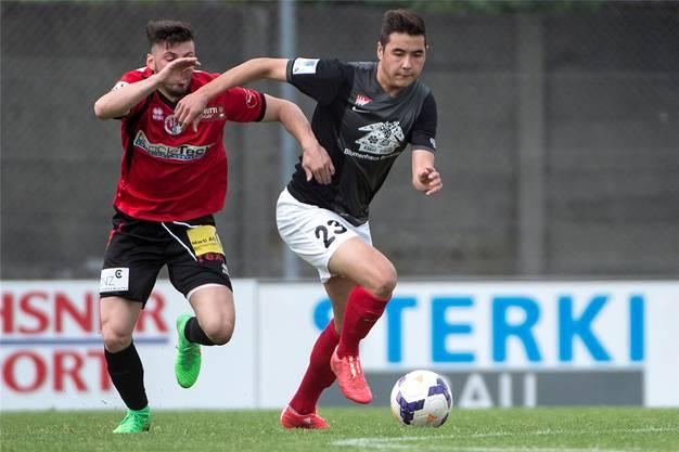 Solothurns Berkay Sülüngöz, rechts, im Kampf um den Ball gegen Wangens Skender Zeqiri.