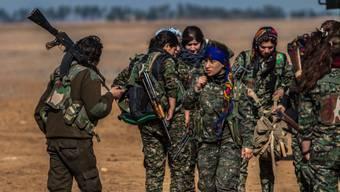 Kurdische YPG-Kämpferinnen bereiten sich auf Kämpfe mit den Dschihadisten des IS in Mabourka im Nordosten Syriens vor (Archiv, Mai 2015)