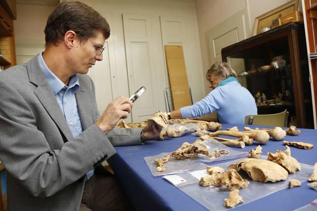 Kantonsarzt Christian Lanz und Anthropologin Susi Ulrich-Bochsler untersuchen das Skelett des 30- bis 40-jährigen Hingerichteten