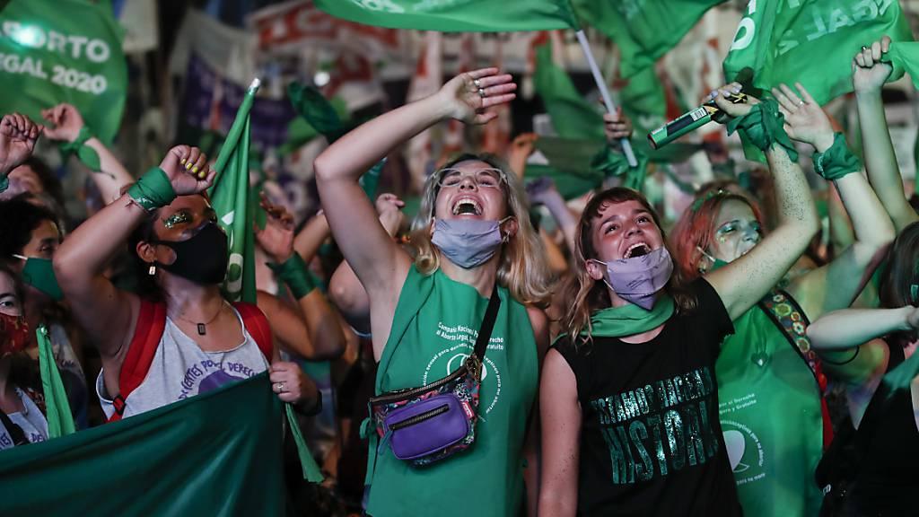 dpatopbilder - Befürworter der Legalisierung der Abtreibung feiern außerhalb des Kongresses, nachdem ein historisches Gesetz zur Liberalisierung verabschiedet wurde - die Sitzung wurde per Livestream übertragen. Foto: Natacha Pisarenko/AP/dpa