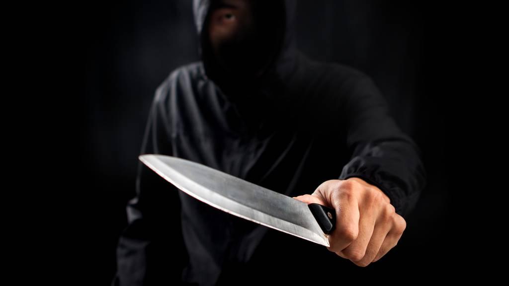 Maskierter Mann bedroht Coiffeur-Angestellte mit Messer und fordert Geld