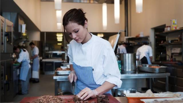 Sie will Köchin werden - ein beliebter Beruf im Gastgewerbe. Foto: Daniel Pilar