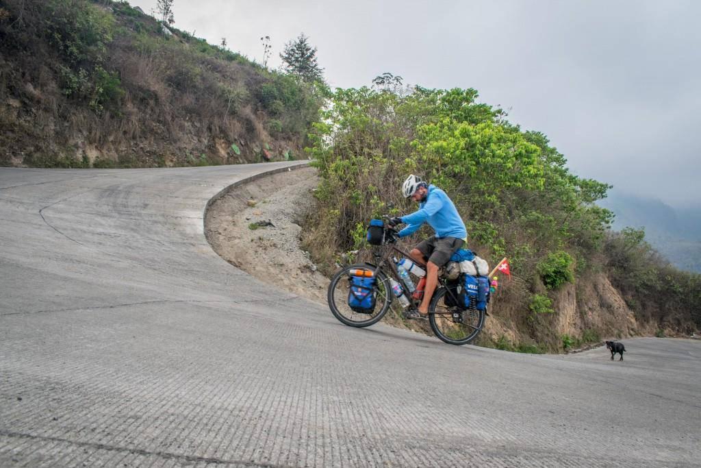 Steile Anstiege in Guatemala, immerhin in tierischer Begleitung. (© Martin Ruggle)