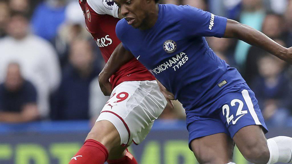 Arsenals Granit Xhaka und der Brasilianer Willian vom FC Chelsea kämpfen um den Ball